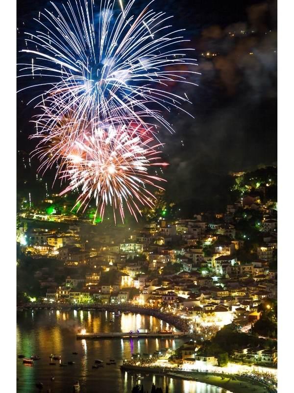 Πυροτεχνήματα βράδυ σε λιμάνι