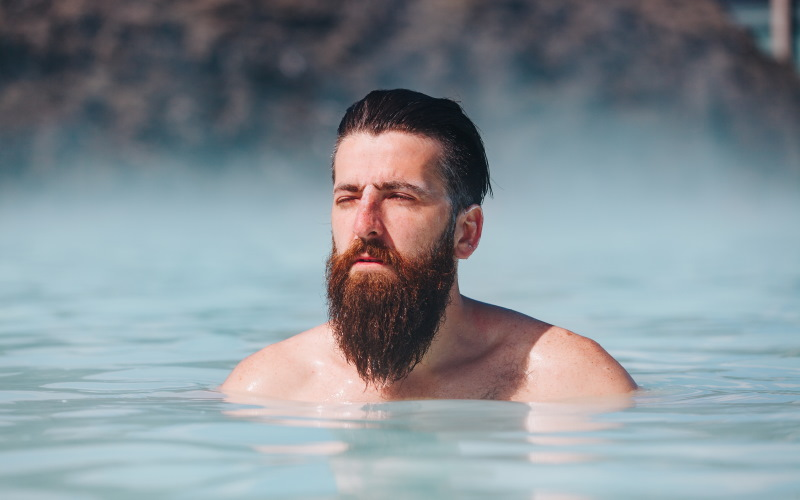 άνδρας με μούσι στο νερό