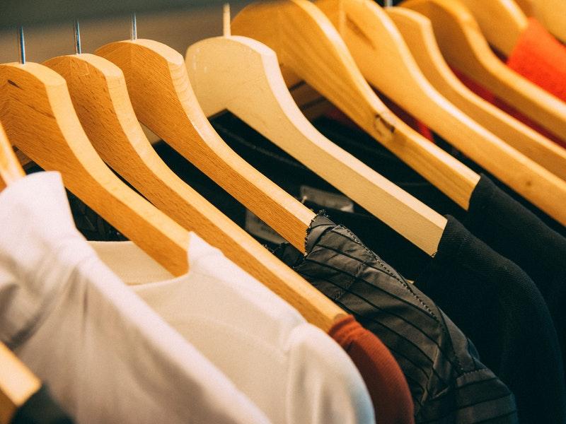 κρεμάστες με ρούχα