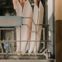 Τοποθέτηση πιάτων στο πλυντήριο πιάτων